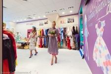 Цветная грифельная стена в шоу-руме дизайнерской одежды UNO-fashion