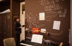 Грифельная стена шоколадного цвета в комнате подростка